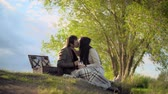 randka : Amazing couple kissing tenderly on a romantic picnic in countryside