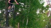 велосипед : Man on mountain bike jumping downhill in forest