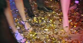 dyskoteka : Close-up of legs dancing on the floor covered with confetti Wideo
