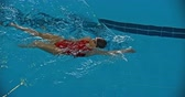piscina : Sportswoman swimming backstroke in the pool Vídeos