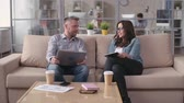 tecnologia : Man and woman sitting in comfortable modern office and chatting Vídeos