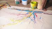 tuval : Close-up of artist splattering paint to create an abstract artwork