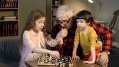 vnuk : Granddad explaining how to play chess to kids