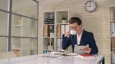 kierownik : Confident business woman drinking coffee and checking email at office Wideo