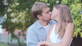 randka : Beautiful young couple kissing and embracing in the park