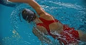 piscina : Directly above view of female sportswoman swimming front crawl in the pool