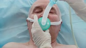 vysoký úhel : Above view of unconscious elderly patient lying in bed and receiving oxygen therapy, tracking shot Dostupné videozáznamy