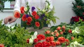 розы : Close-up of floral designer arranging beautiful mixed flower bouquet Стоковые видеозаписи