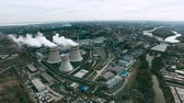 průmyslový : Aerial view ofpower station with cooling towersproducing steamsurrounded by large industrial area with factories Dostupné videozáznamy