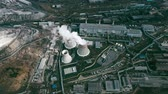 průmyslový : Aerial shot ofpower plant with cooling towersrejecting waste heat to atmosphere and producing steam surrounded by factoriesin large industrial area