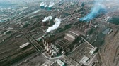 metalurgia : Aerial view of large industrial area consisting of power plantsand factorieswith smoke coming out of chimneys and steam going out of cooling towers Vídeos