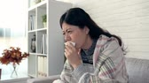 infecção : girl gets cold keep coughing feel unwell, a man gives her a glass of warm water, women feel more comfortable after drinking.