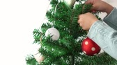 önemsiz şey : kids decorating hanging decor ball on Christmas tree on bright background
