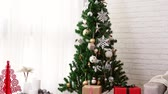 fantasia : beautiful decorated living room with Christmas tree with many presents under it in the winter holiday. Vídeos