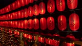 kaligrafia : many raw of lantern light hanging up at night. japanese text meaning hot springs on the lantern. Wideo