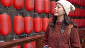 japonês : beautiful travel girl walking and look at raw of many Japanese lanterns light