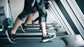 ginásio : Close-up of the scene of legs moving on the treadmill. They move neatly. Vídeos