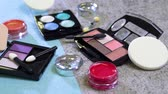 prensado : Variety kinds of cosmetic tools and applicators are scattered on the table untidy. Vídeos