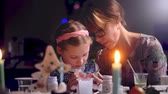 schnitt papier : mother teaches her daughter to make a Christmas toy.
