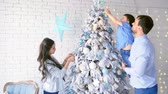 сочельник : Family decorating christmas tree