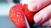 繊維 : Concept of cutting strawberries with a knife in the kitchen. Close-up.