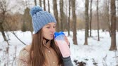 suplemento : Beautiful girl protein drink in the winter park