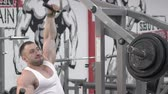 articulação : The world champion of bodybuilding making exercises for back  in the gym. Slowly