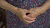 щедрость : Old woman wrinkled hands. Close up