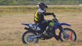 pista de corrida : Samara, Russia - September 11, 2018: Training motorcycle rider of the Samara motor club. Enduro racer rides a motocross bike