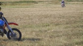 pista de corrida : Samara, Russia - September 11, 2018: Training motorcycle rider of the Samara motor club. Enduro racer rides a motocross bike. Slow motion