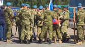 tropas : Samara, Russia - September 11, 2018: The military in blue berets with weapons are on the street. Soldiers in camouflage in the city