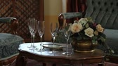 význam : Close up of an old fashioned table in a restaurant with a bouquet and glassos for champagne