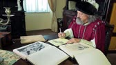 peruca : Old expert during writing his new ideas dressed in medival clothes Vídeos