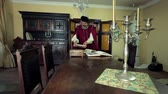 peruca : Scholar enters the working room and sits at the table Vídeos