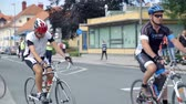 j��zda na kole : VRHNIKA, SLOVENIA - JUNE 2014: Cyclists passing the camera. Big group of bicycle competitors driving in competition through city. Dostupné videozáznamy