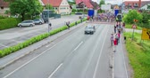 načasování : MARATON FRANJA 2016: Many contestants are starting a road bicycle race and they are driving after a black car. Many people are clapping for them. Wide-angle shot. Dostupné videozáznamy