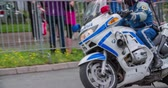 načasování : MARATON FRANJA 2016: A policeman on a motorcycle is driving through the streets ahead of all the contestants. Visitors are waiting on the side walks. Close-up shot. Dostupné videozáznamy