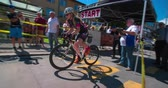 načasování : MARATON FRANJA 2016: The first competitor of the road bicycle racing has started. People are cheering up for him. It is a nice summer day and then sun is shining. Dostupné videozáznamy
