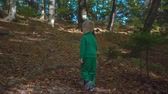 košíček : A small boy is spending a lot of time outdoors together with hsi family. Today, he is carrying a wooden basket and he is looking for beautiful tree leaves. Dostupné videozáznamy
