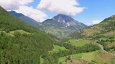demônio : High mountains and beautiful valleys. The countryside is fascinating. The sky is light blue.