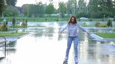 blading : The woman falls on the rollers in park Stock Footage