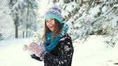 bola de neve : Young happy girl playing snowballs in the winter park, outdoor sunny day slowmotion