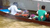satıcı : Local vendor prepares and sells thai food from a boat on the Chao Phraya river, Bangkok, Thailand. Stok Video