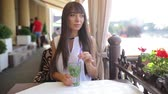 cabelo castanho : butifull girl drinks mojito outside  sunni weather