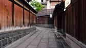 quioto : Kyoto, JAPAN - APRIL 18, 2018: alley with Japanese traditional wooden houses and rock walls Vídeos