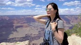 arenito : Happy woman mountain travel Hiker with backpack enjoy view in grand canyon national park. young girl in sunglasses carrying camera smiling elegant overlooking beautiful desert view in summer. Stock Footage