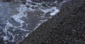 거품 : Sea waves background at the rocky shore in overcast weather