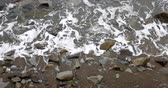 거품 : Foaming and splashing background sea waves off a rocky shore in cloudy weather