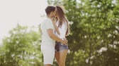 desatualizado : Couple Kissing. Romantic People In Love Kiss in Nature. Smiling Young Man And Beautiful Happy Woman Making Out, Sharing Passionate Kiss, Embracing And Enjoying Summer Time Together Outdoors Vídeos