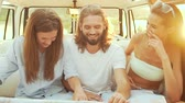 путешествие : People Using Map Traveling In Summer. Smiling Happy Young Friends Using Map, Enjoying Weekend. Man And Women Having Fun In Car. Travel And Tourism. Стоковые видеозаписи